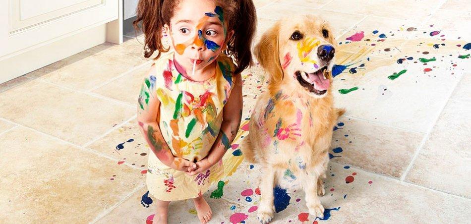 Собака и ребенок измазанные красками