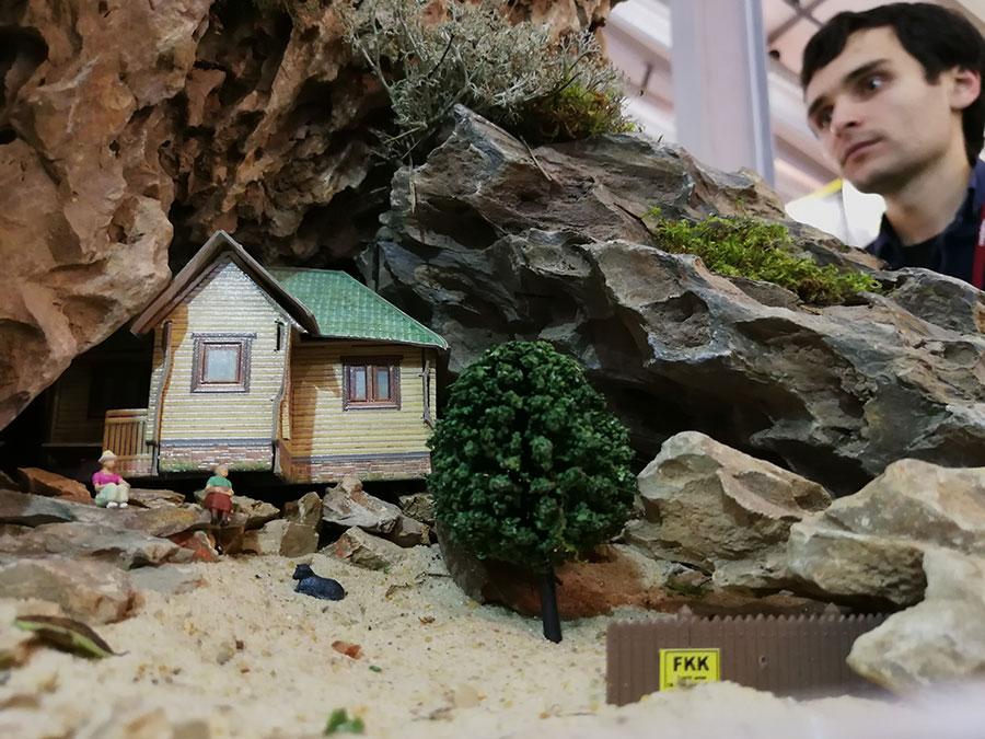 человек,дом,камни,деревья