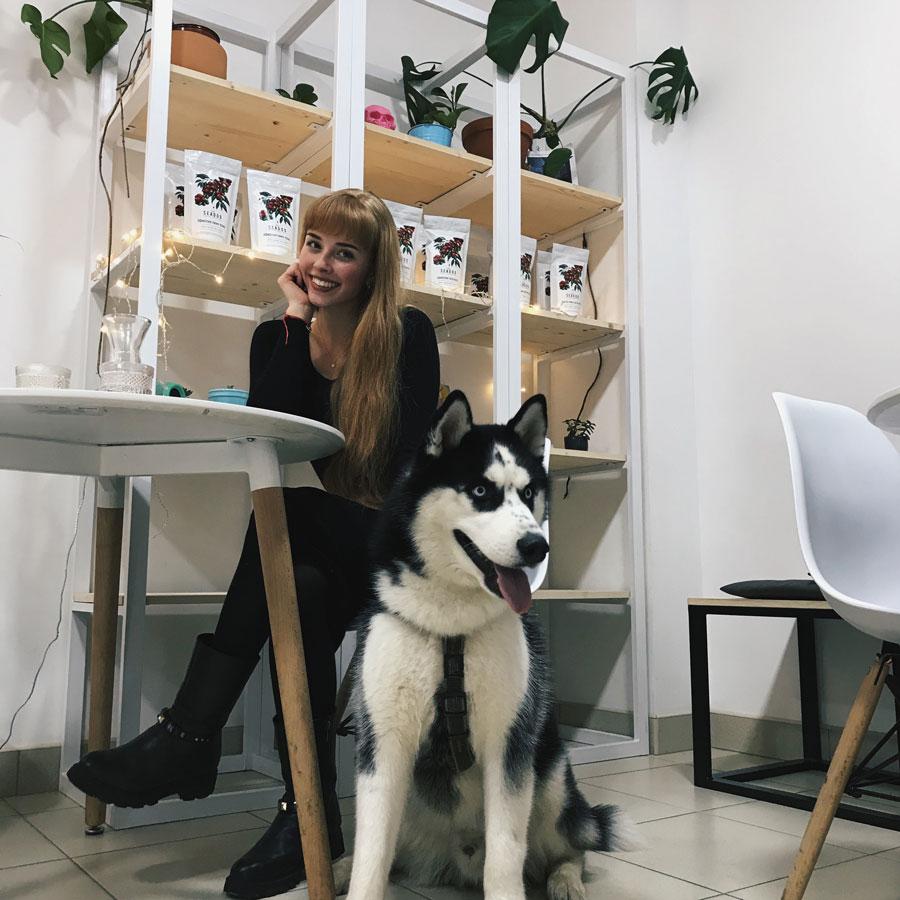 девушка за столиком кафе с собакой хаски