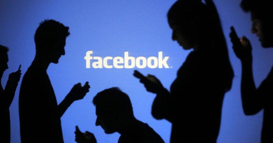 Люди сидят в фейсбуке фото