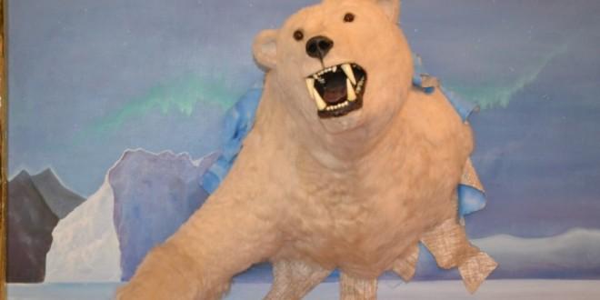 белый медведь , рычит