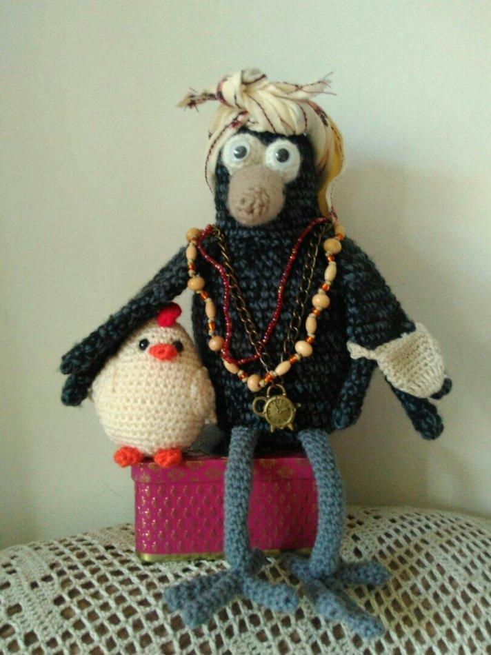 Вязаная ворона и цыпленок фото