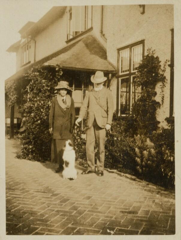 Джордж Бернард Шоу с собакой фото