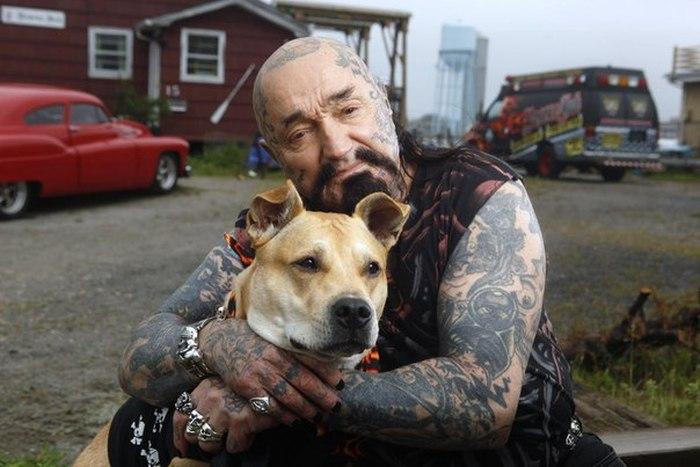 Байкер Rescue Ink и спасенная собака фото
