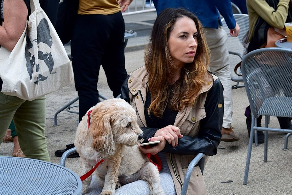 Женщина отворачивается от собаки фото