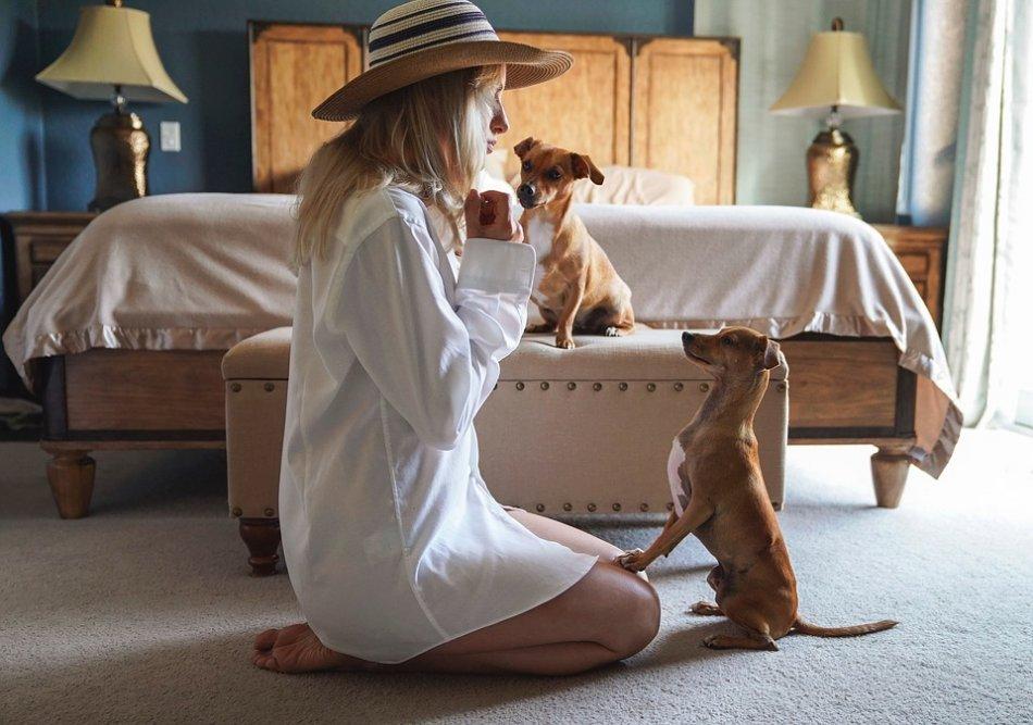 женщина разговаривает с собаками фото