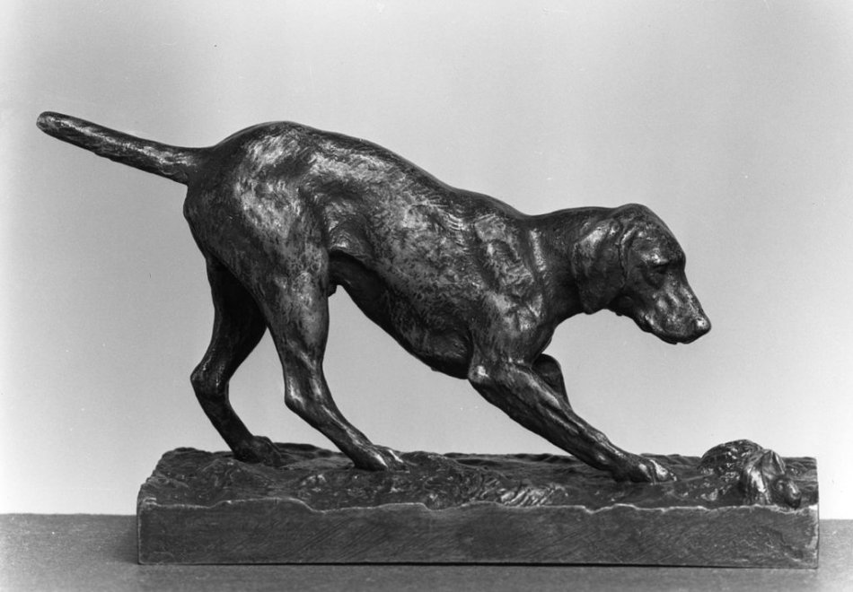 Скульптура собаки на охоте фото