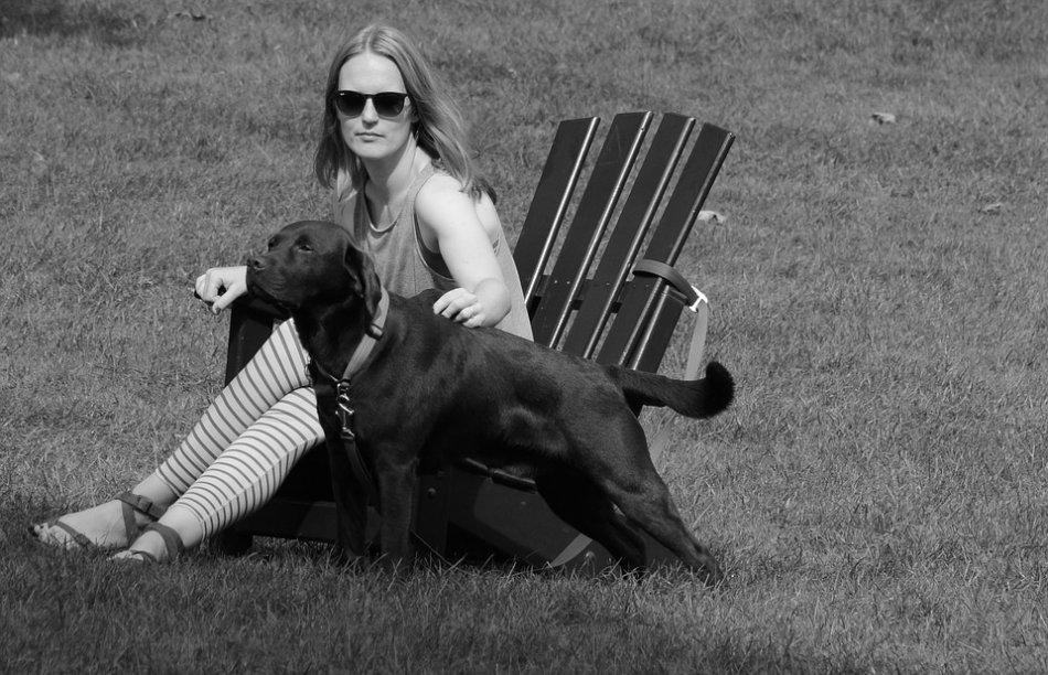 Женщина и черный лабрадор черно-белое фото