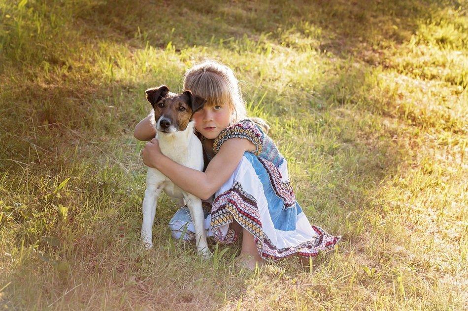 Девочка обнимает собаку фото
