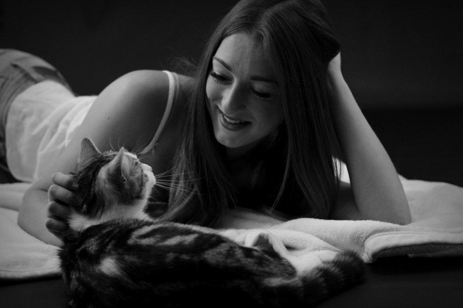 Женщина гладит кошку черно-белое фото