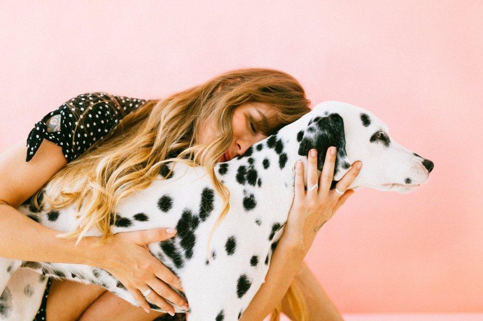Женщина обнимает собаку далматина фото