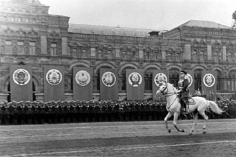Жуков на терской лошади парад победы 1945 год фото