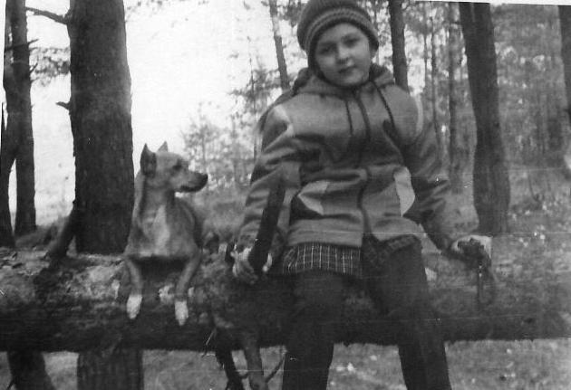 Маленькая собака и девочка на бревне черно-белое фото