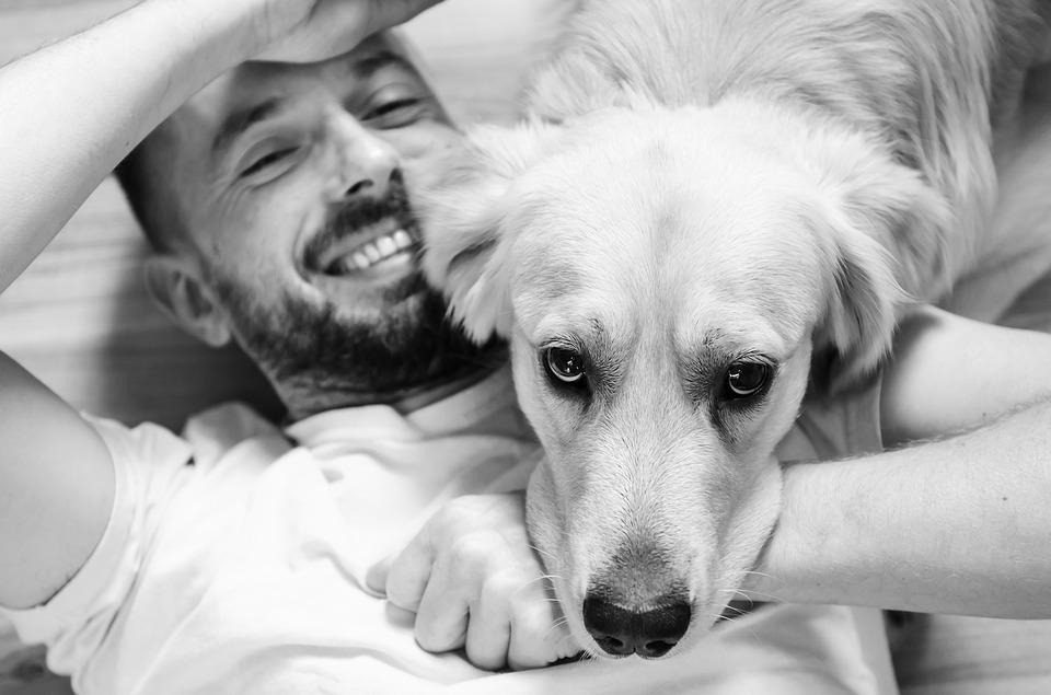 Мужчина и собака черно-белое фото