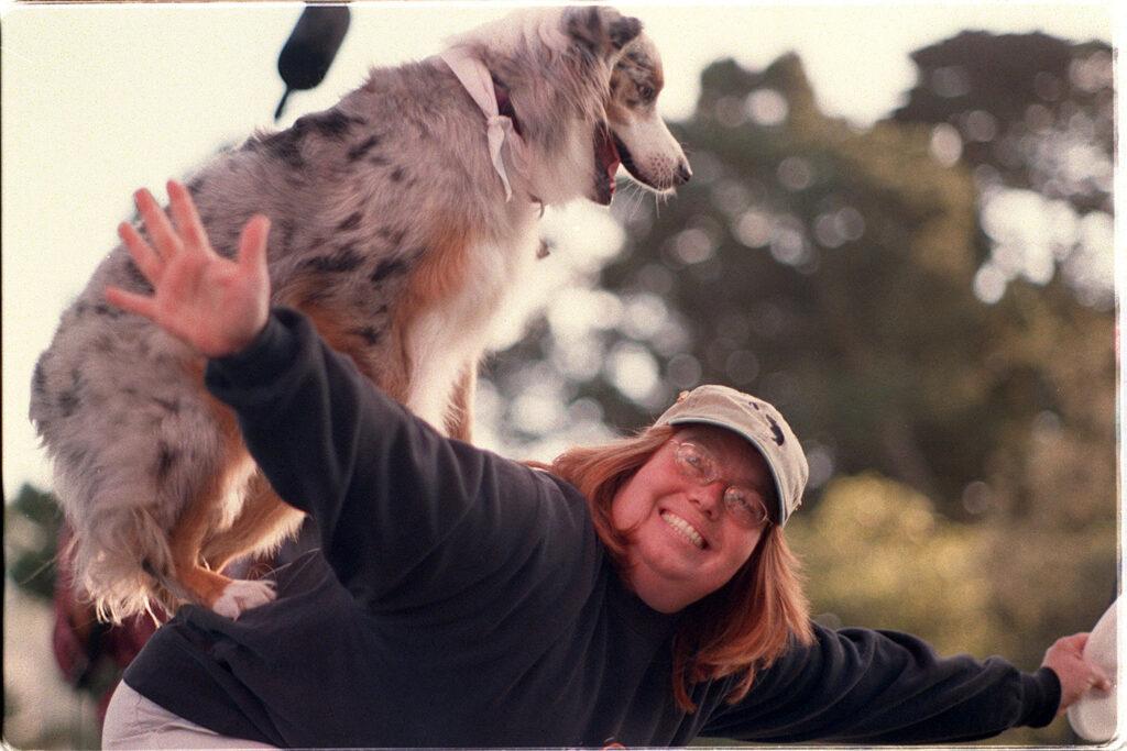 Австралийская овчарка и женщина трюки фото
