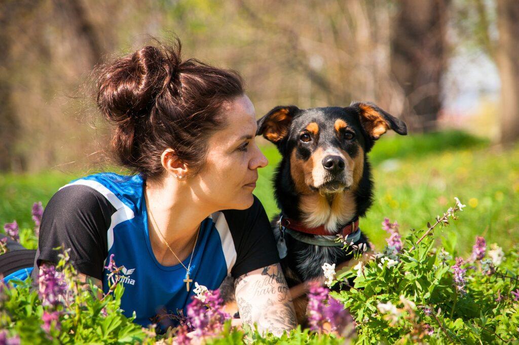 Человек женщина и собака крупным планом фото